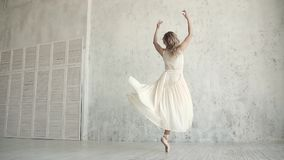 Ballet joven elegante del baile de la bailarina en un vestido y un Pointe ligeros belleza y tolerancia de la juventud Cámara lent almacen de video