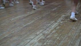 ballet La vue de petites filles apprennent des mouvements de danse banque de vidéos