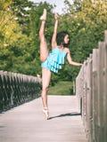 Ballet latino del baile de la mujer en un parque Imágenes de archivo libres de regalías
