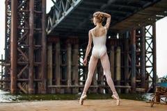 Ballet op een roestig platform stock afbeeldingen