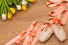 Ballet pointe schoenen en tulpen op houten achtergrond Stock Foto