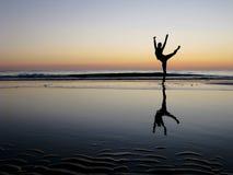 Ballet posant dans le coucher du soleil Images libres de droits