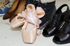 Ballet y otros zapatos femeninos Fotos de archivo libres de regalías