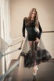 Balletdanser bij balletstaaf op tiptoe Royalty-vrije Stock Fotografie