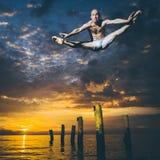Balletdanser in de lucht stock fotografie