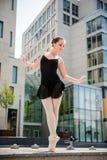 Balletdanser die op straat dansen Royalty-vrije Stock Afbeeldingen