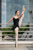 Balletdanser die op straat danst Stock Foto