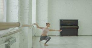 Balletdanser die port DE bras uitoefenen bij staaf stock video