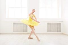 Balletstudent die in balletkostuum uitoefenen royalty-vrije stock foto