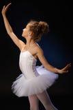Balletstudent die op zwarte achtergrond uitoefenen Royalty-vrije Stock Afbeeldingen
