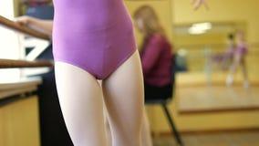 ballett Nahaufnahme von ein Mädchen ` s Beinen in den weißen Ballettschuhen während des Balletttrainings Element des klassischen  stock footage