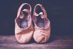 Ballett-Schuhe auf hölzernem Boden Lizenzfreie Stockfotos