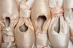 Ballett-Schuhe oder Hefterzufuhren stockfotos