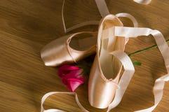 Ballett-Schuhe und Rose Stockfotografie