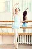 Ballettklasse Netter kleiner aufwärmender Brunette Stockbilder