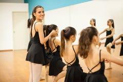 Balletto d'istruzione del bello istruttore di ballo Immagini Stock