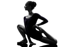 Balletto della ballerina della giovane donna che allunga riscaldamento Fotografia Stock