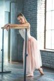 Balletto di pratica della giovane donna Fotografia Stock Libera da Diritti