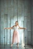 Balletto di pratica della giovane donna Fotografia Stock