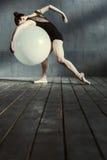 Balletto scultoreo di dancing della donna facendo uso dell'apparato Immagini Stock