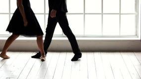 Ballettpaare, die Wiederholung vor Leistung haben stock footage