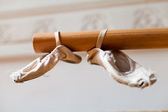 Ballettschuhe auf Strahl Lizenzfreies Stockbild