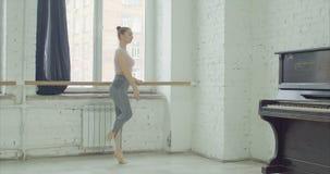 Balletttänzerüben relevelent am Barre stock video footage