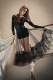 Balletttänzer an Ballett Barre auf einem auf den Zehen gegangene lizenzfreie stockfotografie