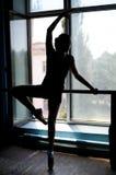Balletttänzer, der am Barre durch trainiert Lizenzfreie Stockbilder