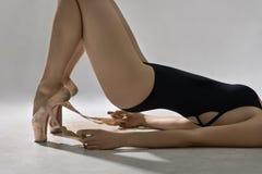 Balletttänzer, der im Studio aufwirft Stockfoto