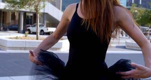Balletttänzer, der mit seinem Kostüm 4k spielt stock video