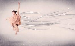 Balletttänzer, der modernen Tanz mit abstrakten Linien durchführt stockfotografie