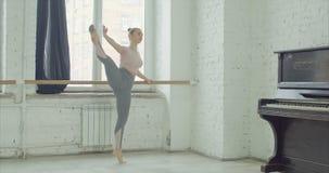 Balletttänzer, die adagio Übung am Barre üben stock footage