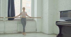 Balletttänzer, die großartiges battement am Barre üben stock video footage