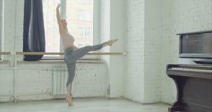 Balletttänzer, die terboushon am Barre üben stock video