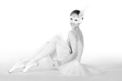 Balletttänzer in einem weißen Ballettröckchen und in einer Karnevalsschablone stockfotos