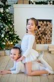 Balletttänzer mit zwei Jungen, der nahe Weihnachtsbaum sitzt Lizenzfreie Stockbilder