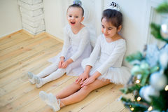 Balletttänzer mit zwei Jungen, der nahe Weihnachtsbaum sitzt Lizenzfreie Stockfotografie