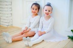 Balletttänzer mit zwei Jungen, der nahe Weihnachtsbaum sitzt Lizenzfreie Stockfotos