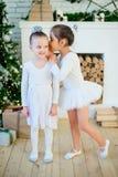 Balletttänzer mit zwei Jungen, der nahen Weihnachtsbaum steht Stockfotografie