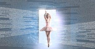 Balletttänzertanzen mit Digitaltechnikschnittstelle und Lichtquelle der offenen Tür Stockbilder