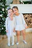 Balletttänzerumarmung mit zwei Jungen nahe Weihnachtsbaum Stockfoto