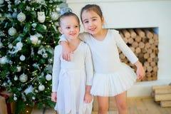 Balletttänzerumarmung mit zwei Jungen nahe Weihnachtsbaum Lizenzfreies Stockfoto
