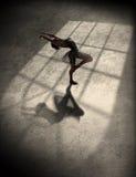Balletttanzen der jungen Frau Stockfotografie