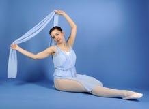 Balletttänzer, der im blauen Kleid sitzt Lizenzfreies Stockbild