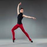Balletttänzer gehen Haltung auf den Zehen Lizenzfreie Stockfotos