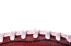 Ballfahne des amerikanischen Fußballs auf weißem Hintergrund und Platz für Text Lizenzfreie Stockfotografie