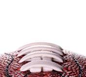 Ballfahne des amerikanischen Fußballs auf weißem Hintergrund und Platz für Text Lizenzfreies Stockfoto