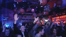 Ballfall in gedrängtem Nachtklub confetti Langsame Bewegung Leuteerhöhungshände stock video