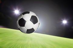 Ballfliegen in Ziel Stockfotografie